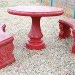 Masa cu bancute rosii